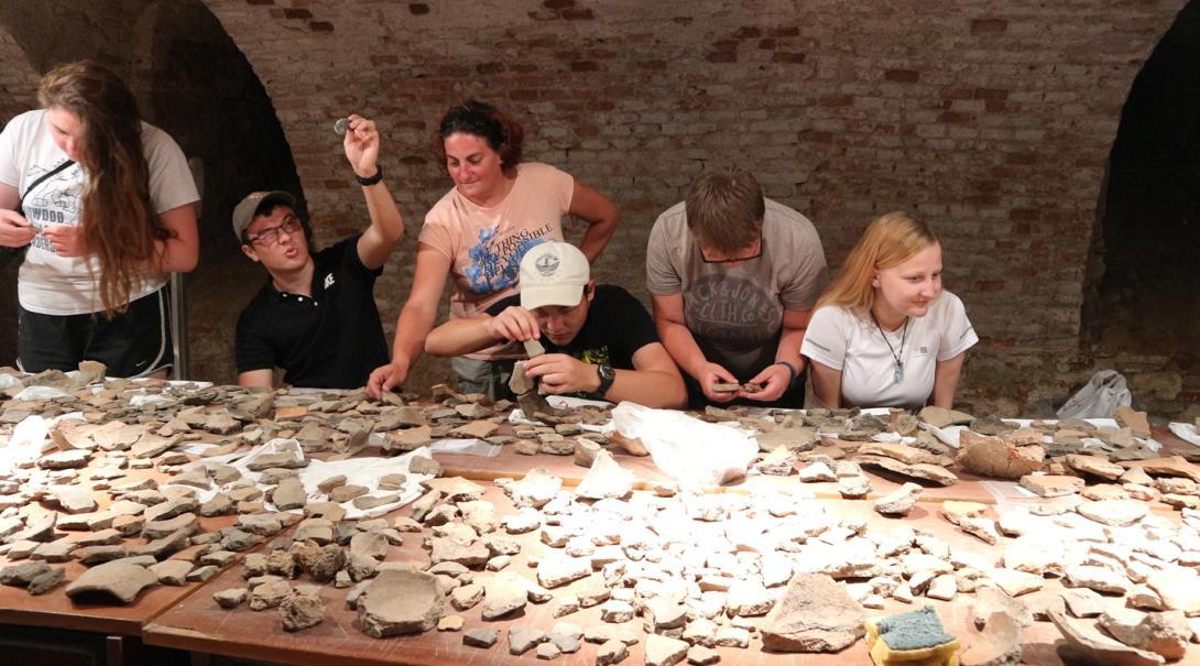 考古学ボランティアたちが出土品の登録作業にあたる